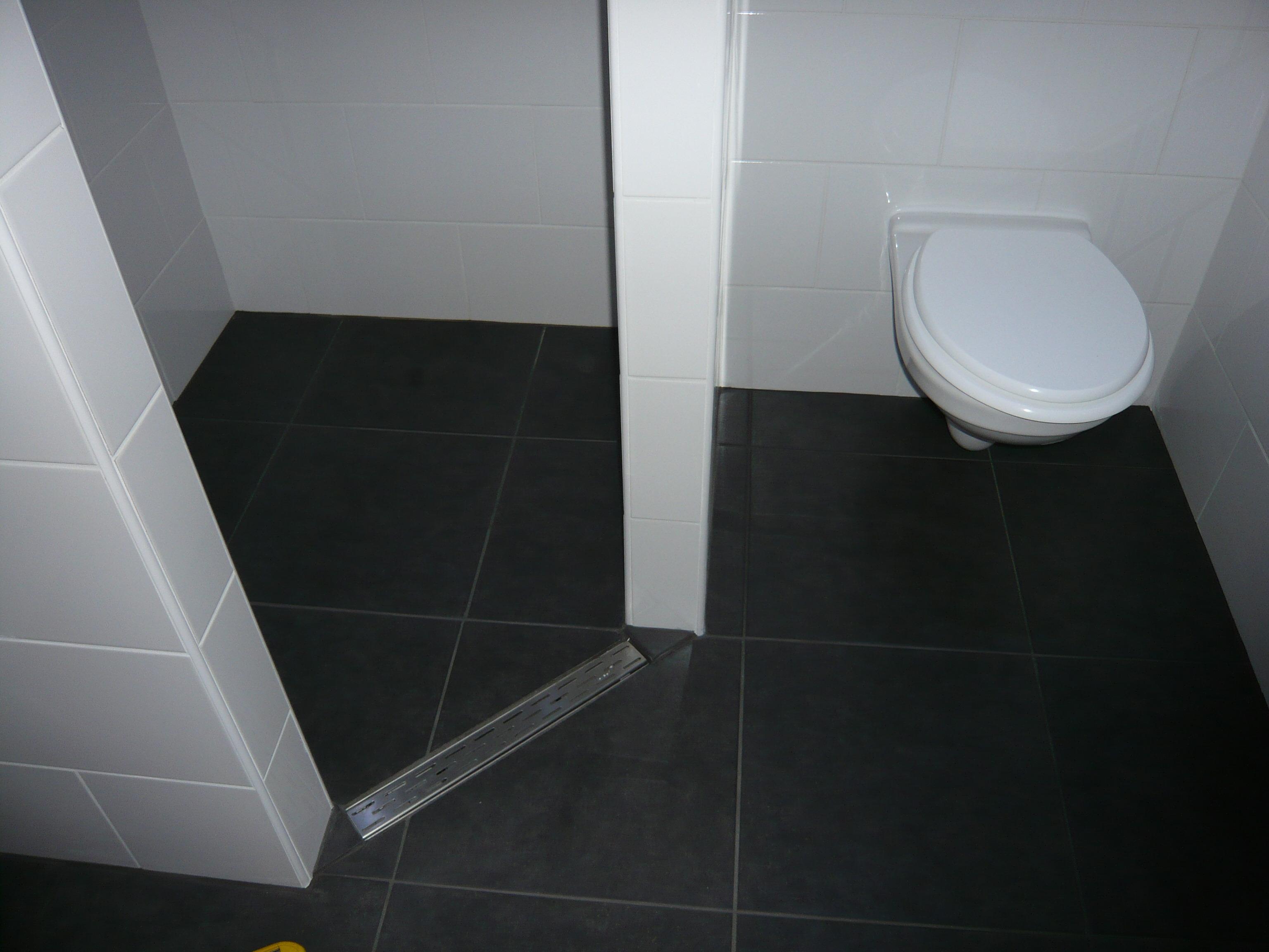 Kapstokken Voor Badkamer ~   de badkamer is een verlaagd plafond aan gebracht met Led verlichting
